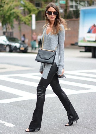 Cómo combinar: jersey de pico gris, pantalón de campana de cuero negro, chinelas de cuero negras, bolso bandolera de cuero negro