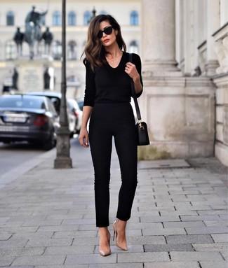 Cómo combinar: jersey de pico negro, pantalones pitillo negros, zapatos de tacón de cuero marrón claro, bolso bandolera de cuero negro