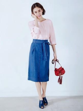 Cómo combinar una falda lápiz vaquera azul: Empareja un jersey de pico rosado con una falda lápiz vaquera azul para una apariencia fácil de vestir para todos los días. Con el calzado, sé más clásico y elige un par de chinelas de cuero azul marino.