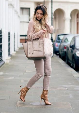 Cómo combinar: jersey de pico rosado, vaqueros pitillo en beige, sandalias romanas de cuero marrónes, bolsa tote de cuero en beige