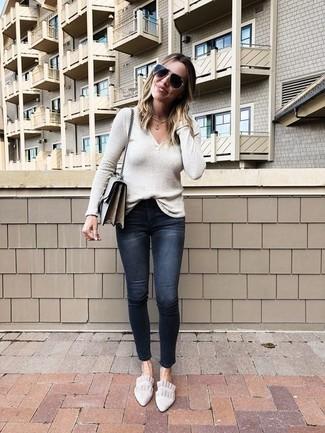Mantén tu atuendo relajado con un jersey de pico en beige y unos vaqueros pitillo desgastados negros. Mocasín añaden la elegancia necesaria ya que, de otra forma, es un look simple.