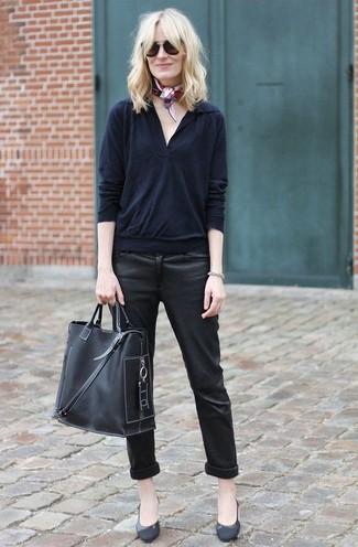 Cómo combinar: jersey de pico negro, vaqueros pitillo de cuero negros, zapatos de tacón de cuero negros, bolsa tote de cuero negra
