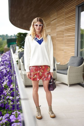 Cómo combinar: jersey de pico en blanco y azul, vestido camisa estampada roja, botas de caña alta de cuero marrón claro, cartera de cuero morado oscuro