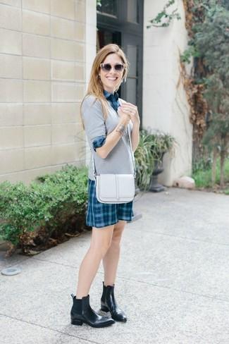 Cómo combinar: jersey de pico gris, vestido camisa de tartán en verde azulado, botines chelsea de cuero negros, bolso bandolera de cuero blanco