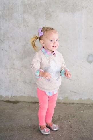 Cómo combinar: jersey en beige, camisa de vestir a cuadros rosada, vaqueros rosa, bailarinas plateadas