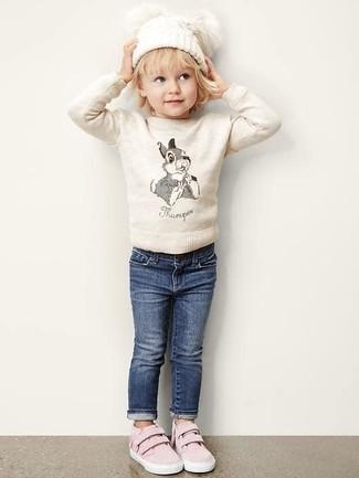 Look de moda: Jersey en beige, Vaqueros azul marino, Zapatillas rosadas, Gorro blanco