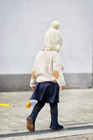 Cómo combinar: jersey en beige, falda azul marino, leggings negros, botas azul marino