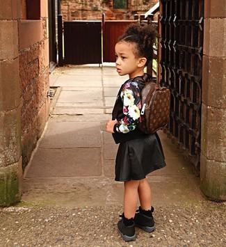 Cómo combinar: jersey con print de flores negro, falda negra, zapatillas negras, mochila en marrón oscuro