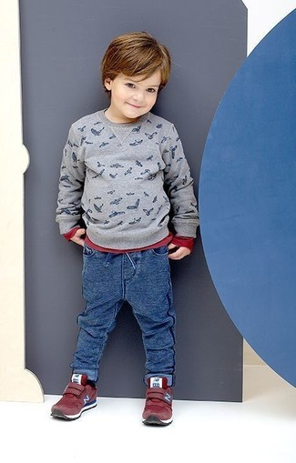 Cómo combinar: jersey estampado gris, camiseta de manga larga roja, pantalón de chándal azul, zapatillas rojas