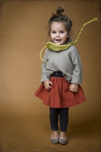 Cómo combinar: jersey gris, falda naranja, leggings en gris oscuro, bailarinas grises