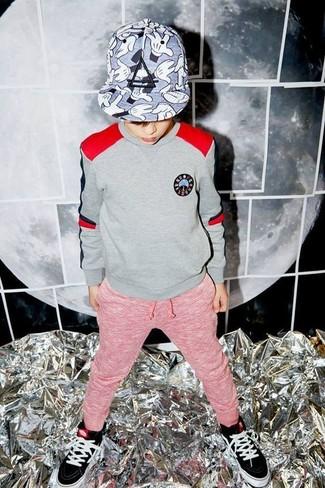 Cómo combinar: jersey gris, pantalón de chándal rojo, zapatillas negras, gorra de béisbol gris