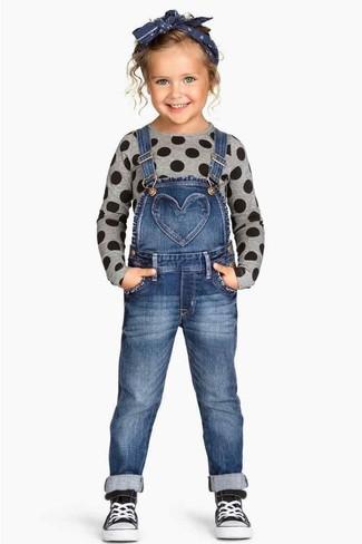 Cómo combinar: jersey gris, peto vaquero azul, zapatillas negras