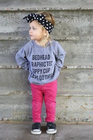 Cómo combinar: jersey estampado gris, vaqueros rosa, zapatillas negras, cinta para la cabeza negra