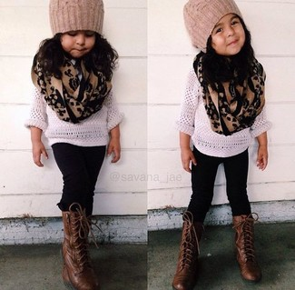Cómo combinar: jersey blanco, leggings negros, botas en marrón oscuro, gorro marrón claro