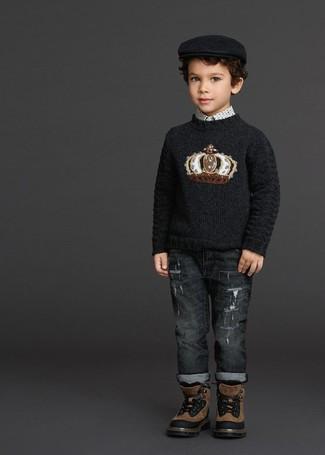 Cómo combinar: jersey estampado negro, camisa de manga larga estampada blanca, vaqueros en gris oscuro, botas marrónes