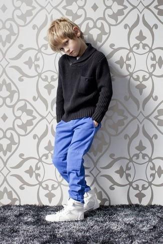 Cómo combinar: jersey negro, pantalones azules, zapatillas blancas