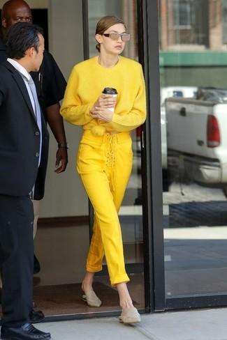 Cómo combinar: jersey oversized amarillo, pantalones pitillo amarillos, chinelas de cuero en beige, gafas de sol doradas