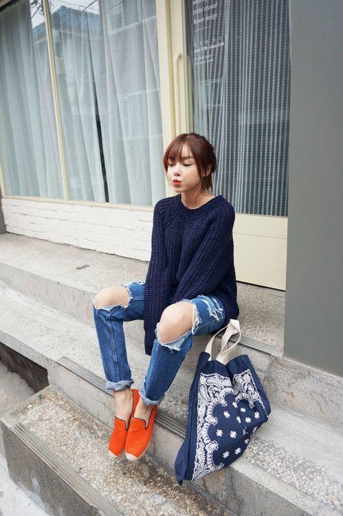 Look de moda Jersey Oversized Azul Marino, Vaqueros Boyfriend Desgastados Azules, Alpargatas Naranjas