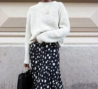 Cómo combinar: jersey oversized blanco, falda midi a lunares en negro y blanco, cartera sobre de cuero negra, colgante dorado