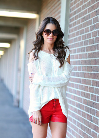 Cómo combinar unos pantalones cortos vaqueros rojos: Un jersey oversized blanco y unos pantalones cortos vaqueros rojos son tu atuendo para salir los días de descanso.