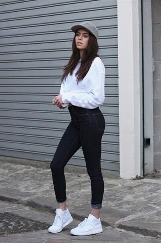 Cómo combinar unas deportivas blancas: Si eres el tipo de chica de jeans y camiseta, te va a gustar la combinación de un jersey oversized blanco y unos vaqueros pitillo negros. Si no quieres vestir totalmente formal, complementa tu atuendo con deportivas blancas.
