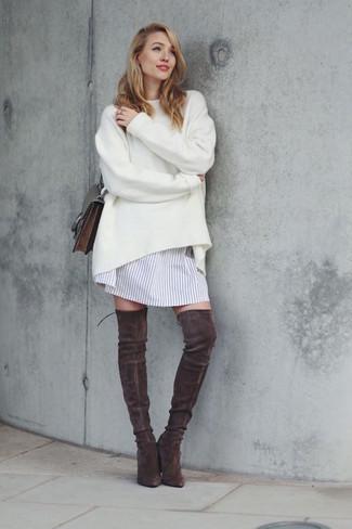 Cómo combinar: jersey oversized blanco, vestido camisa de rayas verticales blanca, botas sobre la rodilla de ante en marrón oscuro, bolso bandolera de cuero en marrón oscuro