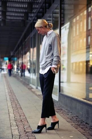 Look de moda: Jersey oversized gris, Camisa de vestir blanca, Pantalón de vestir negro, Chinelas de cuero negras