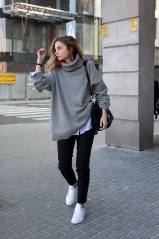 Cómo combinar: jersey oversized de punto gris, camisa de vestir de rayas verticales celeste, vaqueros negros, tenis blancos