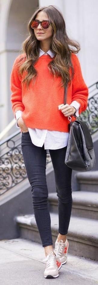 Cómo combinar una camisa de vestir de rayas verticales rosada: Intenta ponerse una camisa de vestir de rayas verticales rosada y unos vaqueros pitillo en gris oscuro para crear una apariencia elegante y glamurosa. ¿Quieres elegir un zapato informal? Elige un par de tenis en beige para el día.