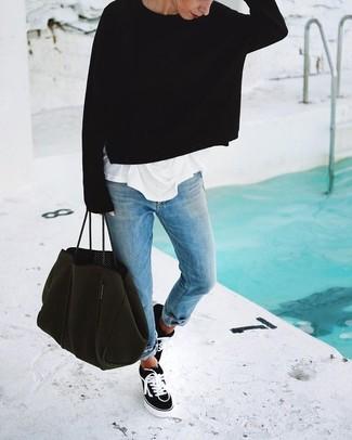 Mantén tu atuendo relajado con un jersey oversized negro y unos vaqueros boyfriend celestes. Este atuendo se complementa perfectamente con tenis de lona en negro y blanco.
