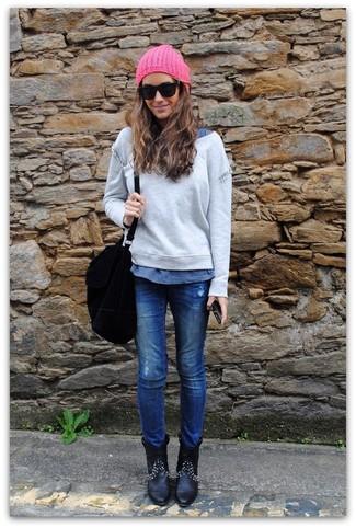 Cómo combinar: jersey oversized gris, camiseta con cuello circular azul, vaqueros azules, botines de cuero negros