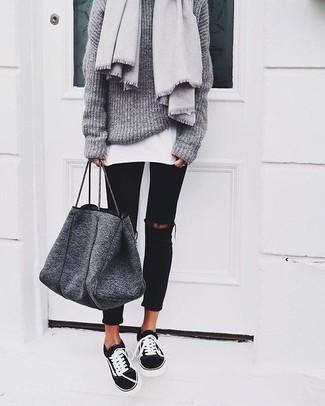 Cómo combinar una bolsa tote de lana en gris oscuro: Considera emparejar un jersey oversized de punto gris junto a una bolsa tote de lana en gris oscuro transmitirán una vibra libre y relajada. Opta por un par de tenis en negro y blanco para mostrar tu lado fashionista.