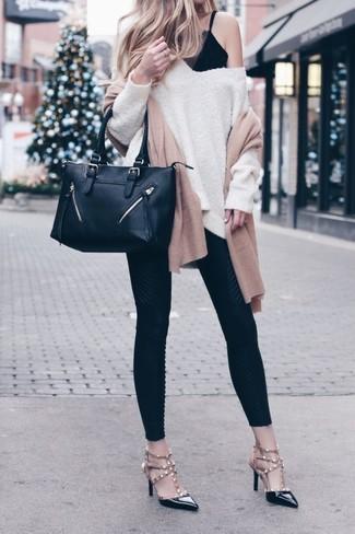 Cómo combinar: jersey oversized en beige, camiseta sin manga de encaje negra, leggings negros, zapatos de tacón de cuero con tachuelas negros