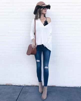 Cómo combinar: jersey oversized blanco, camiseta sin manga de encaje negra, vaqueros pitillo desgastados azul marino, botines de ante grises