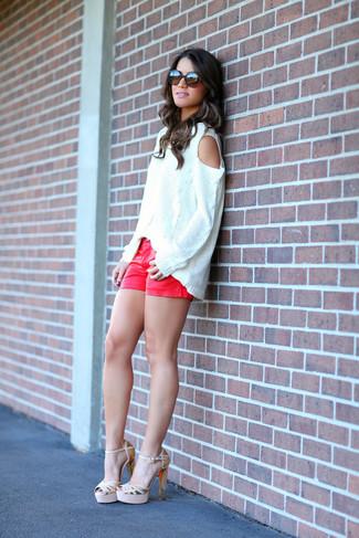 Cómo combinar unos pantalones cortos vaqueros rojos: Intenta ponerse un jersey oversized de punto blanco y unos pantalones cortos vaqueros rojos transmitirán una vibra libre y relajada. Sandalias de tacón de cuero doradas son una opción buena para completar este atuendo.