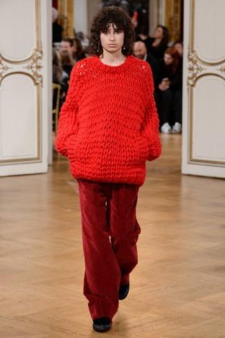 Cómo combinar: jersey oversized de punto rojo, pantalones anchos de pana burdeos, botines de terciopelo negros