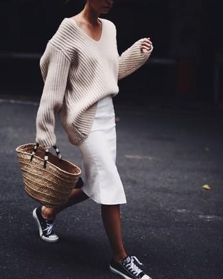 Cómo combinar: jersey oversized de punto en beige, falda lápiz blanca, tenis en negro y blanco, bolsa tote de paja marrón claro