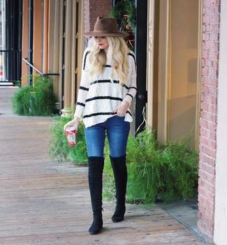 Cómo combinar: jersey oversized de rayas horizontales en blanco y negro, vaqueros pitillo azules, botas sobre la rodilla de ante negras, sombrero de lana marrón