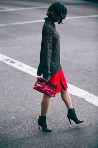 Cómo combinar: jersey oversized en gris oscuro, falda lápiz con recorte roja, botines de cuero negros, cartera sobre de cuero roja
