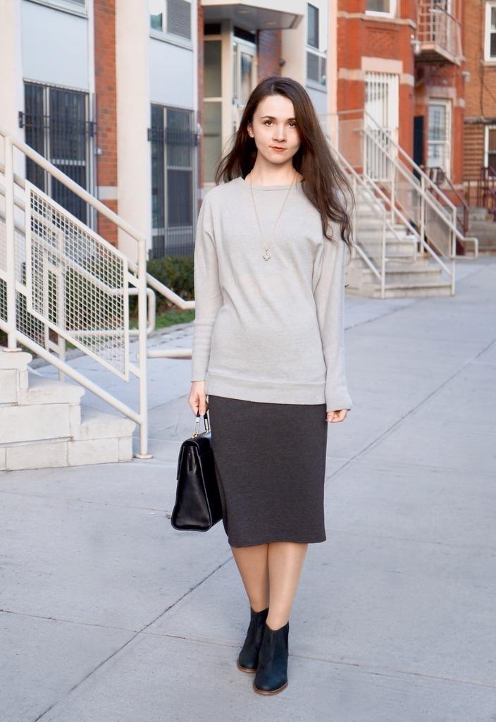 b66eb39fd8b4b Cómo combinar unas botas de cuero negras con una falda lápiz gris ...