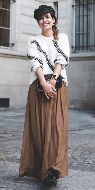 Cómo combinar: jersey oversized de punto en blanco y negro, falda larga plisada marrón, botas planas con cordones de cuero negras, bolso bandolera de cuero negro