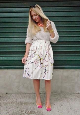 Look de moda: Jersey oversized de punto gris, Falda midi con print de flores blanca, Bailarinas de cuero rosa, Cartera de cuero negra