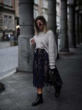 Outfits mujeres: Para crear una apariencia para un almuerzo con amigos en el fin de semana empareja un jersey oversized gris junto a una falda midi de encaje negra. Botas planas con cordones de cuero negras contrastarán muy bien con el resto del conjunto.