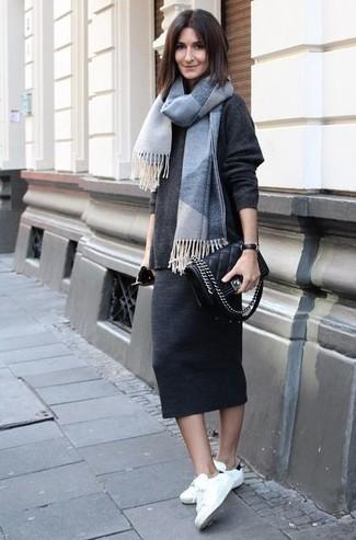 Look de moda: Jersey oversized en gris oscuro, Falda midi en gris oscuro, Tenis en blanco y negro, Bolso bandolera de cuero acolchado negro