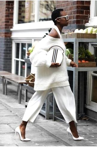 Cómo combinar: jersey oversized con relieve blanco, falda pantalón blanca, zapatos de tacón de cuero blancos, cartera sobre de cuero en blanco y negro