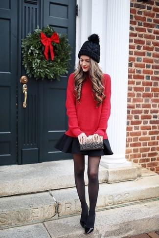 Cómo combinar: jersey oversized rojo, falda skater negra, zapatos de tacón de cuero negros, cartera sobre de lentejuelas negra