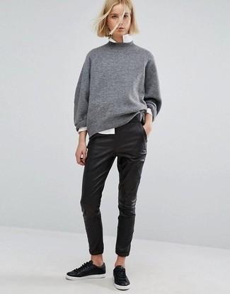 Cómo combinar: jersey oversized gris, camisa de vestir blanca, pantalones pitillo de cuero negros, tenis de cuero negros
