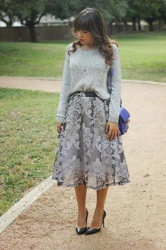 Look de moda: Jersey oversized gris, Falda midi con print de flores gris, Zapatos de tacón de cuero negros, Bolso bandolera de cuero azul