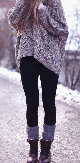Cómo combinar unas botas planas con cordones de cuero burdeos: Ponte un jersey oversized de punto gris y unos leggings negros para un look agradable de fin de semana. Elige un par de botas planas con cordones de cuero burdeos para mostrar tu lado fashionista.
