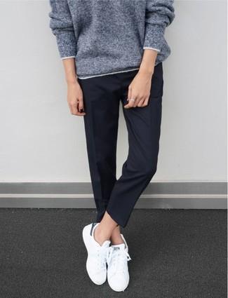 Cómo combinar: jersey oversized gris, pantalón de vestir azul marino, tenis blancos